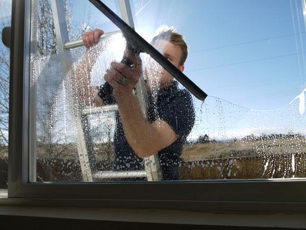 Lavaggio-vetrate-in-altezza-parma